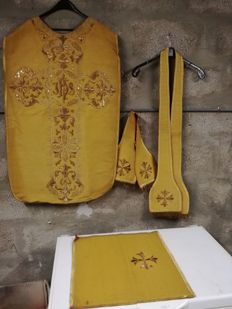 Chasuble in embroidery of gold thread, stole, maniple and corporal scholarship - 1900