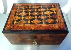 Box with lid assembled piece by piece and polished in mahogany wood. With inclusions of mother-of-pearl.