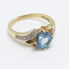 A Vintage 1.3cts approx Blue Topaz 9K /9ct Gold Ring with Diamond Accents on the Shoulders