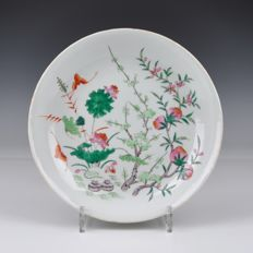 A porcelain Famille Rose plate with peaches - China - 19th century