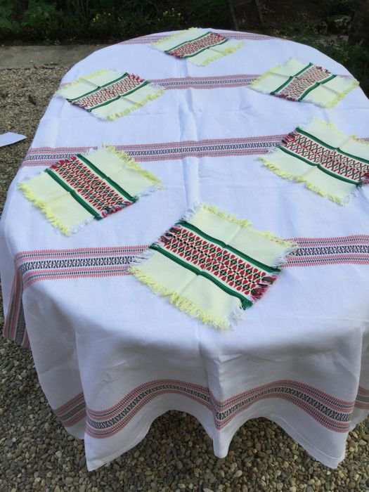 Beautiful large cotton Basque tablecloth with its 6 napkins, beautiful Basque motif.