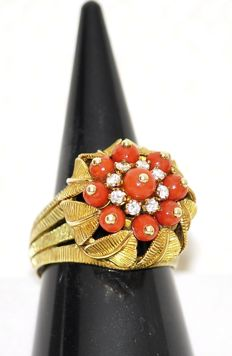 14 kt Gold ring with precious corals and 8 diamonds in setting of leaves