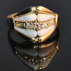 Opal ring 14kt With 4 full opals and 7 diamonds