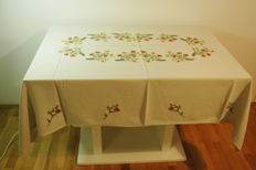 Rectangular tablecloth for 4-6 people - 170x130 / embroidered and crocheted by hand