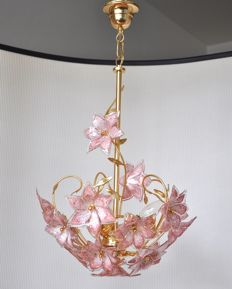 Producer unknown - vintage polished brass chandelier with Italian Murano glass pink flowers (18 pieces)