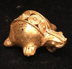A South American, Tumbaga Gold, Colombia,  Tairona 41 x 18 x 3 mm ,32 x 29 x 17 mm , 10,0  grams, A pendant of a turtle