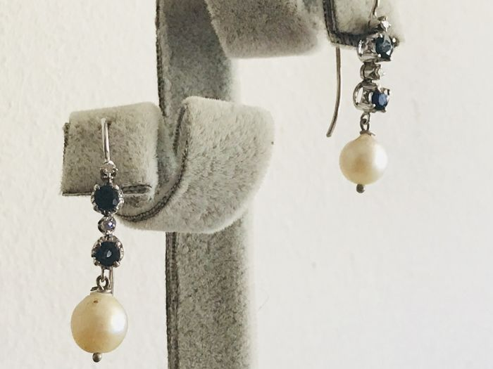 Dangle earrings in 18 kt gold with sapphires, 0.40 ct diamonds and pearls
