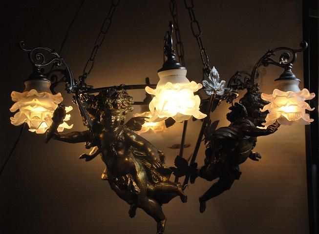 Metal chandelier with 3 putties
