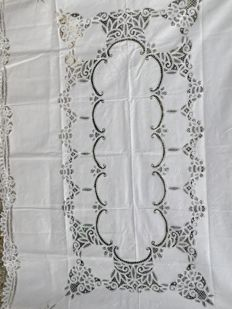 Wonderful large French embroidered tablecloth with its 12 napkins, nicely beautifully handcraft 260 x 160 cm