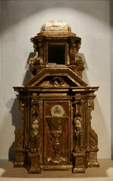 Tuscan tabernacle from the 17th century, carved, lacquered and gold leaf golden wood