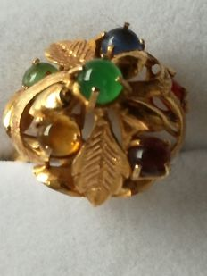 20 kt gold ring with 6 different gemstones, including amethyst, carnelian, amber, precious coral