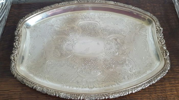 Nice silver plated appetizers tray, richly decorated, with 5 inserts in decorated glass.