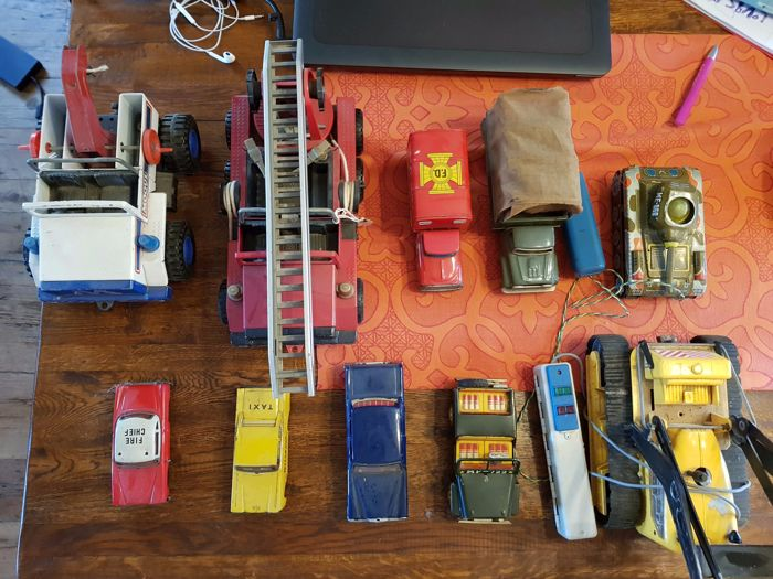 Various brands - various dimensions - lot with tin cars and 2 Meccano vehicles, 1950s and later