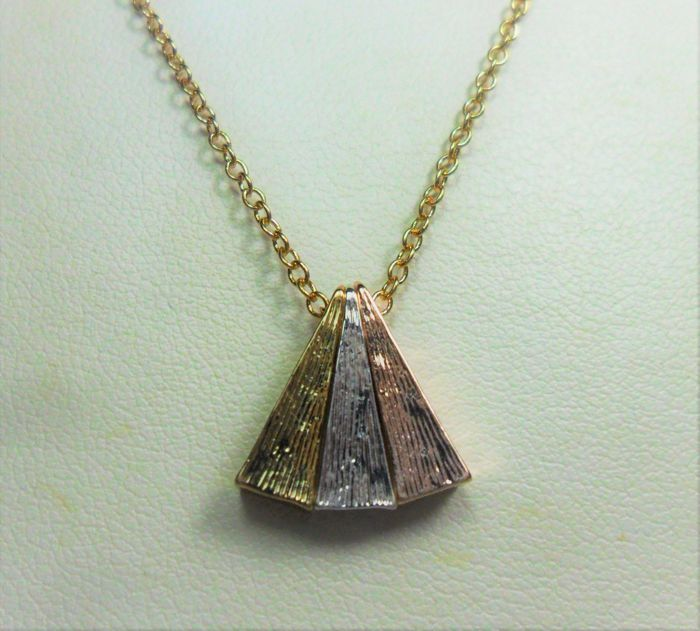 Chain with triangle-shaped pendants in 14 carat gold, white gold and rose gold. 45 cm