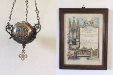 "Old devotionalia, certificate ""Erinnerung an den tag der Konfirmation"" from 1899 and Sanctuary lamps made of brass on wall holder - 19th/20th century"