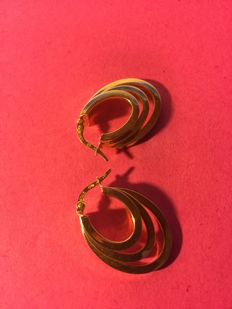 Pair of large hoop earrings in 18 kt/750 yellow gold, *period: 1965/70*