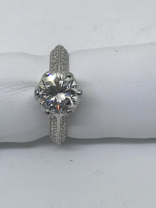 White gold ring (18 kt) with 1.62 ct diamond, H/VVS2, surrounded by accent diamonds totalling 1.20 ct, G/VS