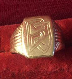 14 kt gold signet ring with letters BJ