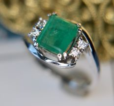 1.78ct total natural Emerald surrounded by 4 brilliant cut Diamonds 0.12ct (H/VSI) in 14Kt white gold.Ring size 17,3 mm