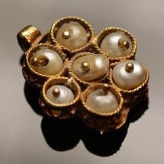 A Venetian Gold Pendant with seven pearls elegantly inlaid in filigree decorated cells. / 17mm.