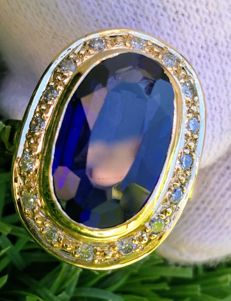 Ring, 5.40 ct  Sapphire and diamonds. No reserve price