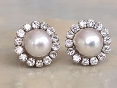 High-quality 14 kt white gold ear studs with in total approx. 1.00 ct of diamonds and cultured freshwater pearls.