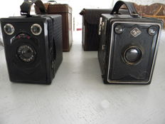 Two cameras from the 1940s in good conditioncwith leather case