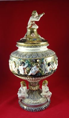 Capodimonte Italy - Lidded vase - Beautiful decorated with putti and gold - 48 cm
