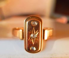 Antique Art Nouveau ring decorated with 3 diamonds on 18 kt rose gold, no reserve