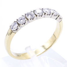 bi-colour gold ring set with 7 brilliant cut diamonds of 0.10ct each. || 7 x approx. 0.10 ct – Vs1/Si1 – F/G