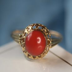 14kt. vintage gold ring with a natural red Coral in very nice frame approx in an excellent condition