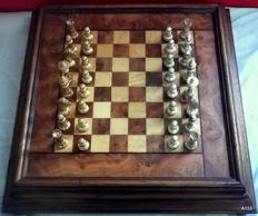 Chessboard in solid wood and briar with brass chess pieces