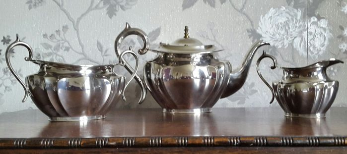 Very elegant, silver plated 3 piece tea set, branded James Deakin & Son