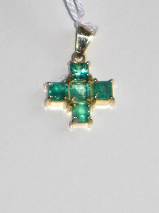 Cross-shaped pendant in 18 kt gold, set with emeralds of 1.25 ct, and in 18 kt gold - Measurements: 22 x 13 mm.