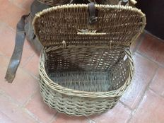 Lot of 4 baskets and a fisherman bag, from the 20th century