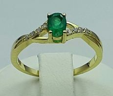 18ct yellow gold  Emerald and diamond Ring, size 18mm, ***No Reserve ***