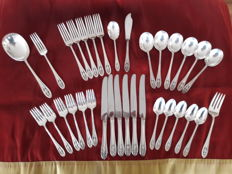 Beautiful antique 33-piece art nouveau cutlery set by the luxury silversmith company Wallace / USA in original wooden box.