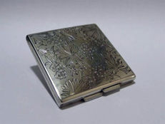 Power compact in engraved silver (835 hallmark), floral decoration - First half 20th century