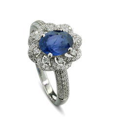 Very decoratively made sapphire/brilliant ring, totalling 1.95 ct, 750 white gold --- No reserve price! ---
