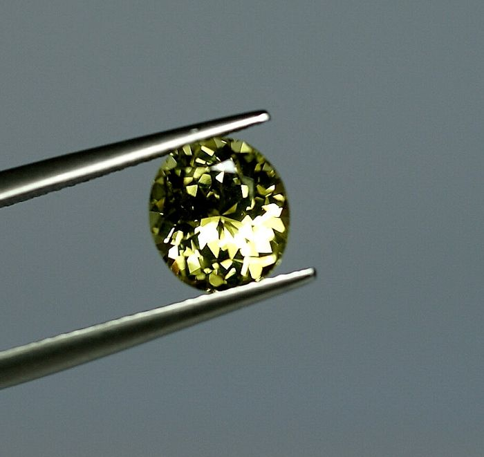 Chrysoberyll,  greenish -yellow,   2.83ct