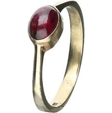 8 kt - Yellow gold ring set with ruby - ring size: 16.75 mm