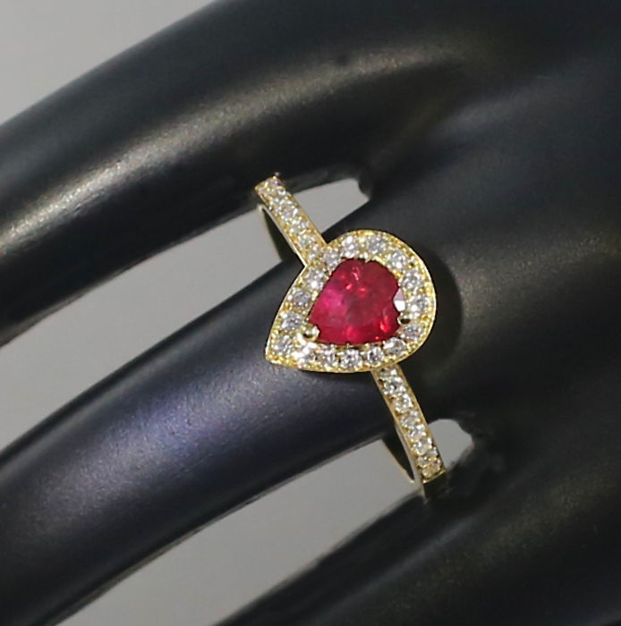 18 K Yellow Gold Ruby and Diamond Ring 1.04 ct. - Ruby 0.72 ct. and Diamonds 0.32 ct.- H-I - SI – Top Width 10.00 mm  x  8 mm - 2.40 g - Ring Size 54/17 - no reserve price