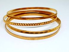 18 kt gold bracelets with different designs weighing 27.60 g and with diameter of 68.5 mm