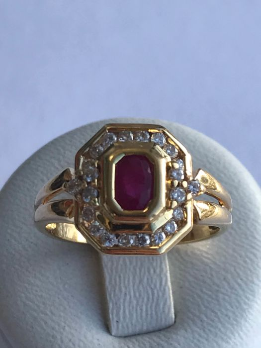 Ring in 18 kt gold, diamonds and rubies totalling 0.80 ct - size 57/17.72 mm **No reserve price**
