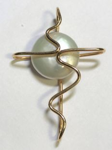 14 kt gold stylised cross with button pearl
