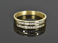 Gold, 18 kt. Ring with zirconias. Size 56.5  (ø 18 mm)