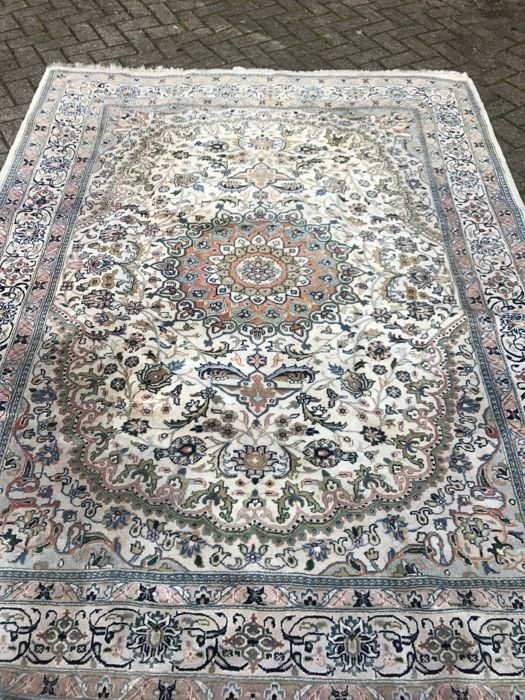 Beautiful hand-knotted Nain carpet, 194 x 254