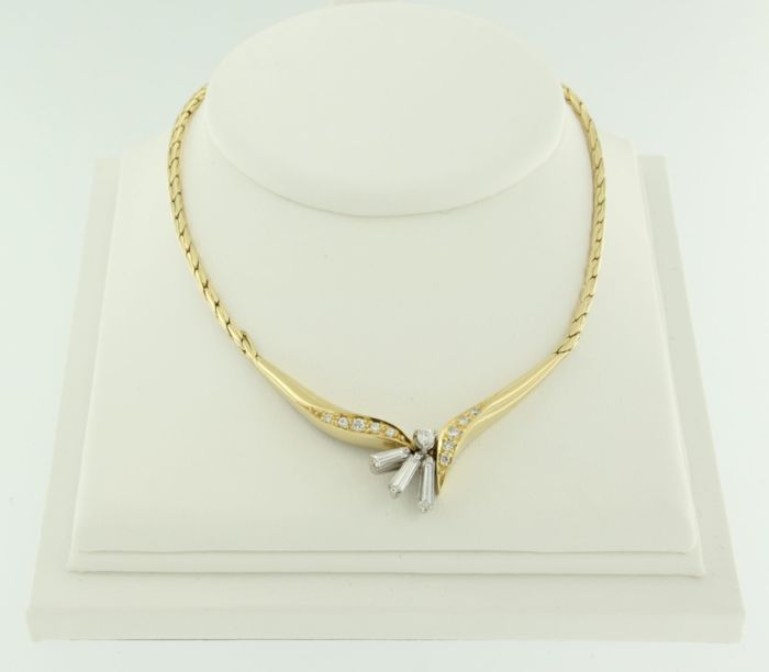 18 kt bicolour gold necklace set with baguette and brilliant cut diamonds of approx. 0.50 ct in total