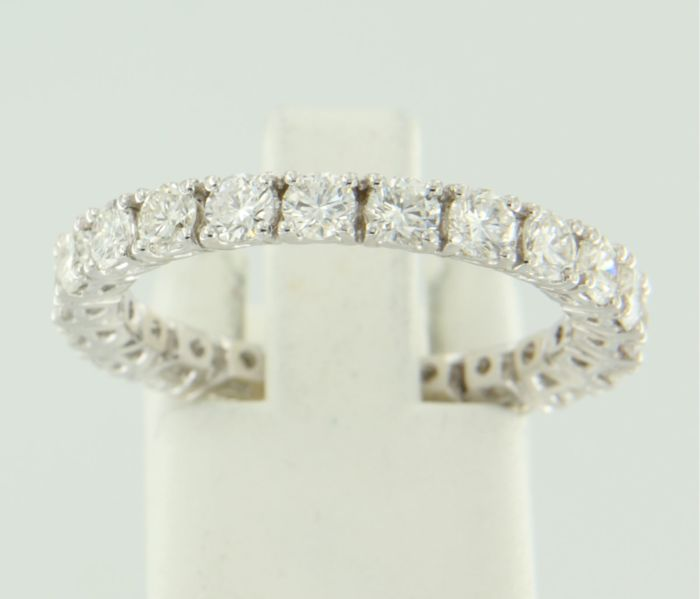 14 kt white gold full eternity ring set with 22 brilliant cut diamonds with a total of approx. 2.00 ct