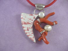 Pendant in .925 silver with coral, pearls and shell